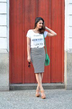 a blusa folgadinha por cima da saia ajuda a disfarçar a barriga. colocaria uma sapatilha mais estampada(ou com cor) e um colar.