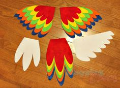 DIY Parrot Costume for Baby [with Free Templates] Diy Baby Costumes, Cute Costumes, Costume Ideas, Baby Parrot Costume, Bird Wings Costume, Feather Template, Parrot Feather, Baby Kostüm, Le Roi Lion