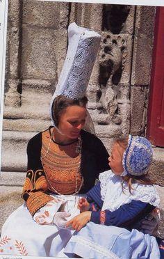 Mère et fillette bigoudènes en costumes traditionnels lors d'une manifestation culturelle| Finistère Bretagne