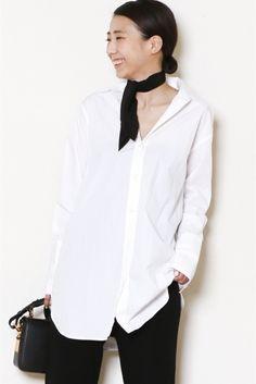 ロングシャツ ロングシャツ 27000 ロングカフスと長めな着丈のバランスが新鮮なロングシャツ シンプルにスキニーパンツで合わせて首元にスカーフをプラスして 品のあるシャツコーデが完成します またニットとのレイヤードもおすすめの1着です 取り扱いについては商品についている洗濯表示にてご確認下さい 店頭及び屋外での撮影画像は光の当たり具合で色味が違って見える場合があります 商品の色味はスタジオ撮影の画像をご参照下さい ホワイト着用スタッフ身長160cm 着用サイズフリー モデルサイズ:身長:167cm バスト:80cm ウェスト:60cm ヒップ:85cm 着用サイズ:フリー