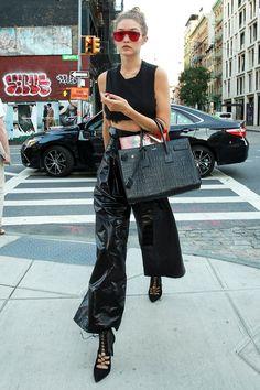 Gigi Hadid Rocks Edgy All-Black Outfit for Date Night Looks Gigi Hadid, Style Gigi Hadid, Gigi Hadid Outfits, Gigi Hadid Fashion, Gigi Hadid Tommy, Tommy Hilfiger, Fashion Week, Fashion Models, Stuart Weitzman