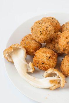 Knusprig frittierte Mozzarella-Bällchen (oder Mozzarella-Sticks)