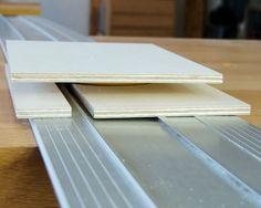 Drei Sperrholzbrettchen werden für die Anschläge benötigt Table Saw, Diy And Crafts, Tricks, Decor, Garage, Tools, Atelier, Diy Tools, Book Folding