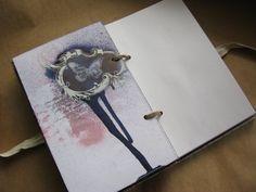 Видимо, одного блокнота мне оказалось мало, поскольку процесс создания очень увлекательный и приносит массу удовольствия;), так что вскоре после предыдущего блокнотика на свет появился его младший братец : размер 12х20 см, 12 декорированных страничек (плотные, проставлены картоном), на первом…