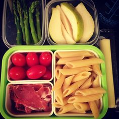 #Teuko lunchbox: steamed asparagus, cherry tomatoes, prosciutto, penne, mozzarella cheese stick, pear slices, water. By Jessica, www.teuko.com