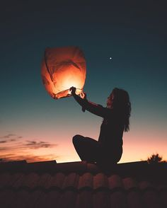 Wish balloon during sunset, fun to do in winter or summer Portrait Photography Poses, Light Photography, Creative Photography, Amazing Photography, Floating Lanterns, Sky Lanterns, Book 15 Anos, Nature Pictures, Cool Photos