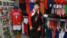 【新宿2号店】 2014年4月8日 ブルズのパーカーばっちり決まってます★v(o´∀`o)v 隣にはアイバーソンも写ってますねぇ。↑↑ #nba