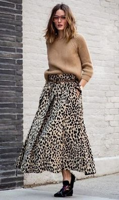 Olivia Palermo street style: oversized camel knitwear sweater, belted leopard print maxi skirt, flats, August 2018 - All About Fashion Leopard Maxi Skirts, Maxi Skirt Outfits, Printed Maxi Skirts, Midi Skirts, Flare Skirt Outfit, Flared Skirt, Autumn Street Style, Street Chic, Olivia Palermo Street Style