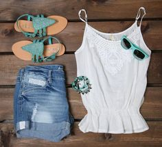 Simple summer outfit to wear to the beach or the park