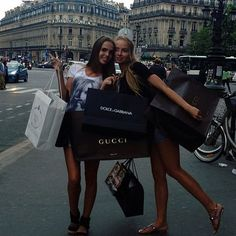 Luxury shopping trips with your best friend goals. Share with your friends. paris photography with best friend paris photography bff paris photography Outlet Michael Kors, Michael Kors Bag, Best Friend Pictures, Friend Photos, Photos Bff, Ft Tumblr, Pokerface, Good Vibe, Youre My Person