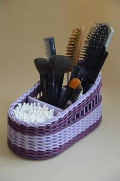 Arts And Crafts Festivals Near Me Weaving Projects, Diy Craft Projects, Diy And Crafts, Arts And Crafts, Craft Ideas, Newspaper Basket, Newspaper Crafts, Willow Weaving, Basket Weaving