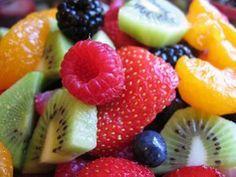 A great healthy snack with kiwi, blueberries, strawberries, mandarin oranges, blackberries and raspberries. Healthy Salad Recipes, Healthy Snacks, Healthy Eating, Smoothie Recipes, Healthy Fruits, Paleo Fruit, Paleo Diet, Snack Recipes, Dukan Diet