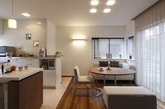 中古の一戸建住宅を購入してリノベーション。独立していた和室の壁を一部撤去してリビングキッチンを作りました。食事もできソファとしてくつろぐこともできるリビングダイニング兼用の家具をセレクト。限られたスペースを広く使う工夫です。壁はしっとりとした質感が魅力の漆喰仕上げ。床材はキッチンは汚れが付きにくく掃除しやすい石目調フローリング、リビングは時間とともに味わいを増す無垢のフローリングで張分けました。床暖房も新設。ダウンライトやニッチ照明、ペンダントライトにブラケットライトなど多彩な光の演出もプラスして。シンプルナチュラルなインテリアでまとめた新しい我が家が誕生しました。
