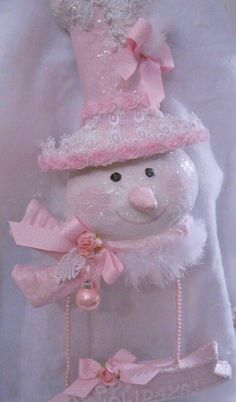 Here are the best Shabby Chic Christmas Decor ideas that'll give your room a romatic touch. From Pink Christmas Tree to Shabby Chic Christmas Ornaments etc Shabby Chic Xmas, Shabby Chic Christmas Decorations, Pink Christmas Ornaments, Shabby Chic Pink, Christmas Colors, Christmas Crafts, Christmas Décor, Victorian Christmas, Vintage Christmas