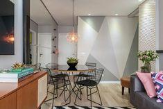 Decoração de apartamento pequeno. Mesa de jantar redonda preta com vaso de planta, cadeira preta, pendente. Sofá cinza, vaso com plantas, almofada rosa, rack de madeira. #decoracao #decor #details #casadevalentina