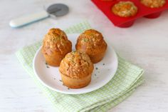 Hartige muffins hebben we al vaker gemaakt en deze keer laten we jullie zien hoe je zelf pizzamuffins kunt maken. Wij hebben de pizzamuffins bij een kom tomatensoep geserveerd maar je kunt ze ook eten