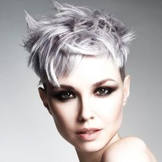 Very scaled pixie cuts, retro-inspired haircuts or more modern and extravagant, here are all the trends for short hair cuts spring summer Shampoo For Curly Hair, Curly Hair Cuts, Long Hair Cuts, Long Asymmetrical Hairstyles, Short Haircuts With Bangs, Hair Color For Women, Short Hair Cuts For Women, Short Hair Styles, Red Hair With Highlights