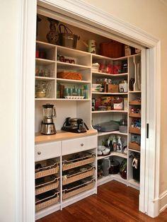 Despensa con capacidad de almacén y superficie de apoyo para electrodomésticos