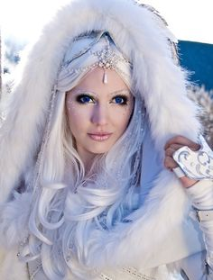 DYI and Crafts DIY Ice Queen Masquerade Mask Tutorial from Klaire de Lys.& masquerade mask is madeHappy Halloween The Snow Queen or Ice Queen Queen Halloween Costumes, Halloween Makeup Looks, Halloween 2018, Christmas Costumes, Halloween Fairy, Fairy Costumes, Snow Queen Costume, Snow Queen Dress, Fantasias Halloween
