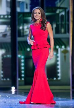 It's no secret that there are two things I really love 1) a good peplum and 2) a contestant who takes a chance! Hannah Robison projected her sense of style on the Miss America stage in an evening gown featuring both fun and sophisticated elements.