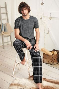 Marlon Teixeira is front and center once more as he takes a casual style note. After hitting the beach with Next this past summer, Marlon reunites with the… Marlon Teixeira, Rock Style Men, Mens Sleepwear, Barefoot Men, Mens Fashion Blog, Pyjamas, Lounge Wear, Ideias Fashion, Vintage Fashion