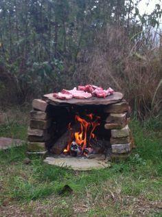 Mig langar í svona! Outdoor Life, Outdoor Fun, Outdoor Camping, Outdoor Decor, Outdoor Grill Area, Outdoor Cooking Area, Rustic Fire Pits, Beach Bbq, Primitive Survival