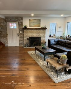 This kind of vinyl wood flooring is honestly an impressive design conception. Vinyl Wood Flooring, Solid Wood Flooring, Wide Plank Flooring, Living Room Designs, Living Room Decor, Living Room Wood Floor, Pine Floors, Custom Kitchens, Reclaimed Barn Wood