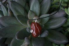 Collier cristal jaspe rouge. Pierre en pendentif. Cordon noir. Fil câblé argenté. Style ésotérique sorcière lithothérapie.