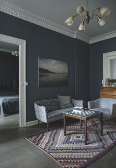 Mørke farver, vintagemøbler og gedigent design. Mette Holbæk har forvandlet en klassisk, hvid lejlighed til et på en gang dramatisk og roligt hjem – med plads til hele familien.