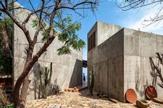 Mexican practice Espacio 18 Arquitectura has designed a concrete seafront home on Zapotengo beach in Oaxaca, with two wings oriented to follow the rising and setting of the sun. Timber Structure, Concrete Structure, Architectural Digest, Building Process, Toad House, Rest House, Internal Courtyard, Rectangular Pool, Kitchens And Bedrooms