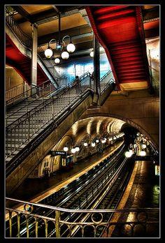 Amazing Snaps: Down Paris Metro Cite
