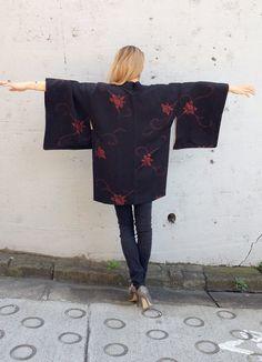 Black Silk Kimono Cardigan, made in Japan beautiful Vintage, Haori Jacket, great fabric red lily flower leaves Kyoto on Etsy, 368:01 kr