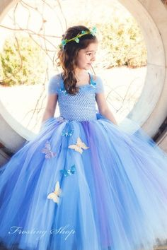 La nueva película de la Cenicienta tiene un vestido nuevo! Se trata de un vestido de luz azul/bígaro con adorno de mariposa. Tenga en cuenta al