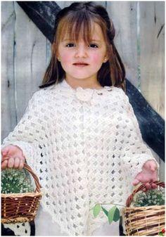 """Magnifique poncho blanc pour filles de 4 à 6 ans , orné d'une fleur , facile à réaliser , trouvé sur le site de """" Liveinternet.ru/users/crochet_helen """" , avec ses grilles gratuites ."""