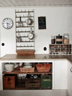 That metal pan rack may prove useful for all the cast! I bet the local welder could manufacture that lickety split. Vintage House: STÄDAD BÄNKSKIVA I love the use of the vintage wooden boxes for storage. Beautiful Kitchens, Cool Kitchens, Cozinha Shabby Chic, Cottage Kitchens, Kitchen Interior, Planer, Interior Inspiration, Decoration, Kitchen Dining