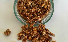 Ett grundrecept på god LCHF-granola som är helt sockerfri och funkar bra om du äter en normal/liberal LCHF. Ett bra frukostalternativ om du saknar flingor.