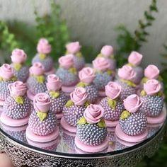 #estougrávidaeagora? #bamboollestore Meringue Cookies, Cupcake Cookies, Mini Desserts, Dessert Recipes, Cookie Pops, Small Cake, Cakepops, Celebration Cakes, Mini Cakes