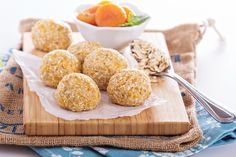Banana Balls are a naturally sweet, quick and easy dessert or snack, the perfect use of leftover bananas. Go fried or go healthy with goodies like coconut and cinnamon or nuts and oats. Easy Eat, Energy Bites, Afternoon Snacks, Fabulous Foods, Party Snacks, Easy Desserts, Sweet Treats, Healthy Eating, Yummy Food