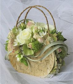 Created with Bolsa FloraBuy your flowers from Petals-(basket & flowers)What a novel twist.Beautiful for the lady who loved bags!Raindrops and Roses — Floral Purse… Arte Floral, Deco Floral, Floral Design, Ikebana, Flower Bag, Flower Boxes, Raindrops And Roses, Floral Bags, Floral Purses