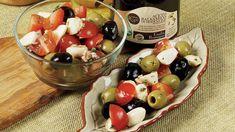 Salát srajčaty, mozzarellou aolivami váspřenesou okamžitě doslunné Itálie. Pořádně sitovychutnejte!