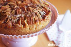 Supersaftig eplekake som får helt fantastisk nydelig smak av at den inneholder vaniljesaus i deigen!