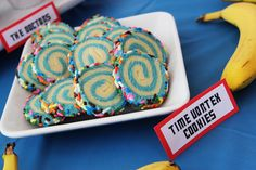 Doctor Who Party - food idea. Swirl cookies as Time Vortex cookies Doctor Who Party, Doctor Who Wedding, 12 Doctor, Food Doctor, Tenth Doctor, Doctor Who Baby Shower, Dr Who Cake, Doctor Who Birthday, Doctor Who Craft