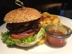 Burger Stuttgart: 1893 - das VfB Club Restaurant und der Hot BBQ Burger   Hubert-testet