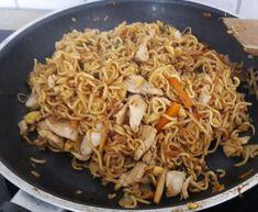 Chinesisch gebratene Nudeln mit Hühnchenfleisch, Ei und Gemüse 73