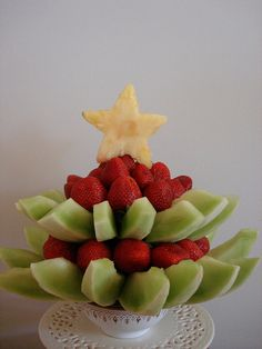 fruit Christmas tree idea (or with kiwi for star) Fruit Christmas Tree, Christmas Party Food, Christmas Brunch, Christmas Cooking, Christmas Treats, Xmas Tree, Christmas Decorations, Good Food, Yummy Food