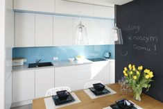 Hitem na ozdobienie ściany są ażurowe panele. Można je zakupić gotowe lub, z zaprojektowanym wzorem, zamówić u stolarza. Są niezwykłą dekorajcją, jak również tworzą transparentą ściankę działową. Proj. Katarzyna Mikulska-Sękalska, Fot. Bartosz Jarosz