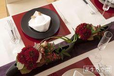和のテーブルコーディネート Japanese Table, Japanese Modern, Red Table Settings, Wedding Kimono, Japanese Wedding, Centerpiece Decorations, Flower Photos, Wedding Table, Tablescapes