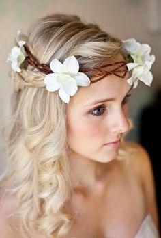 Hochzeitsfrisuren zum Nachmachen für die moderne Braut - hochzeitsfrisuren zum nachmachen mit blumenkranz