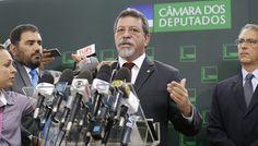 """A Bancada do PT na Câmara, em nota sobre a suspensão do mandato de Cunha, afirma que a decisão do STF evidencia a nulidade dos atos praticados pelo ex-presidente da Câmara, principalmente em relação ao acolhimento do pedido de impeachment da presidenta Dilma Rousseff. """"Está agora reconhecido pelo STF que a própria denúncia do PSDB foi recebida como retaliação à decisão da Bancada do PT na Câmara, que votou pela admissibilidade da Representação contra ele no Conselho de Ética."""""""