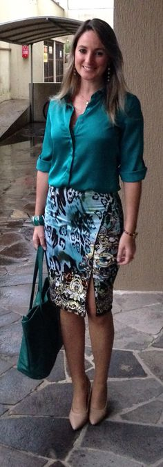 teal outfit with shiny teal blouse, animal pattern pencil skirt and green bag Skirt Outfits, Dress Skirt, Cool Outfits, Dress Up, Work Fashion, Fashion Looks, Fashion Outfits, Womens Fashion, Fashion News